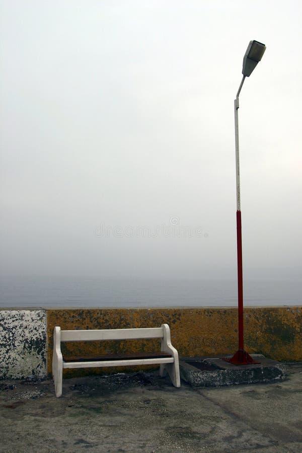 Bank und Lampe Pole stockfotos