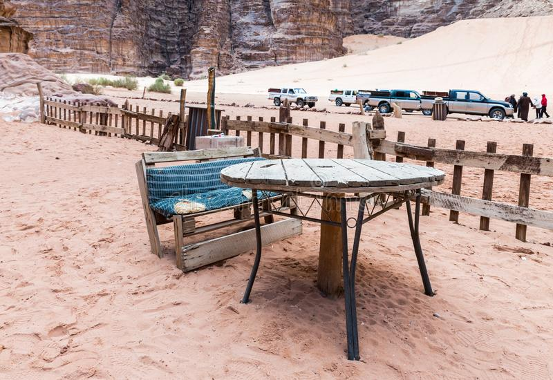 Bank und Tabelle im Hof eines Caravanserai in der Wadi Rum-Wüste nahe Aqaba-Stadt in Jordanien lizenzfreies stockbild