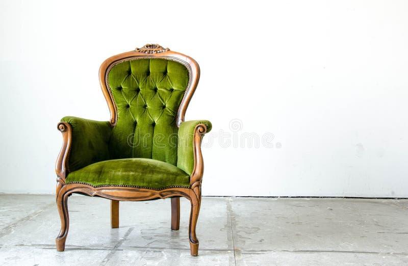 Bank van de luxe de groene uitstekende stijl in uitstekende ruimte stock afbeeldingen