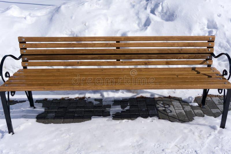Bank van liefde met sneeuw leeg in het Park stock foto