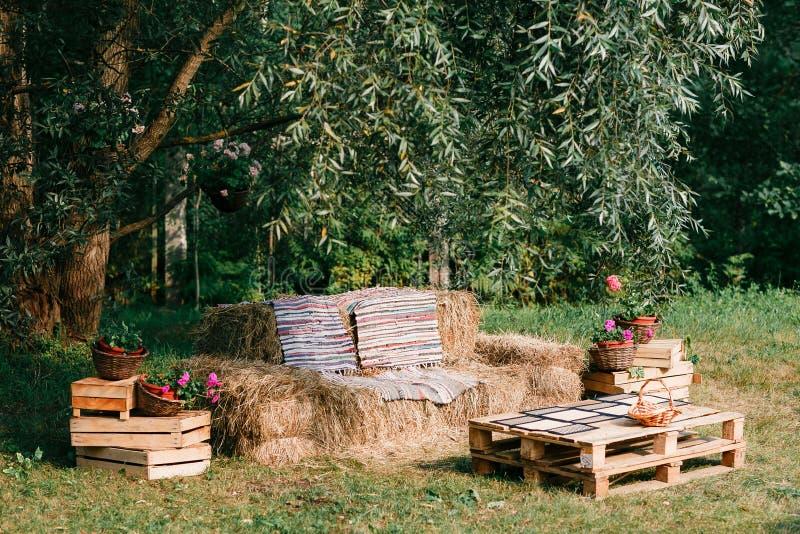 bank van stro, openluchtmeubilair, cowboypartij wordt gemaakt die houten van een pallet stock foto's