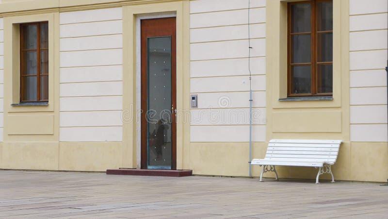 Bank vor der Wand stockfotos