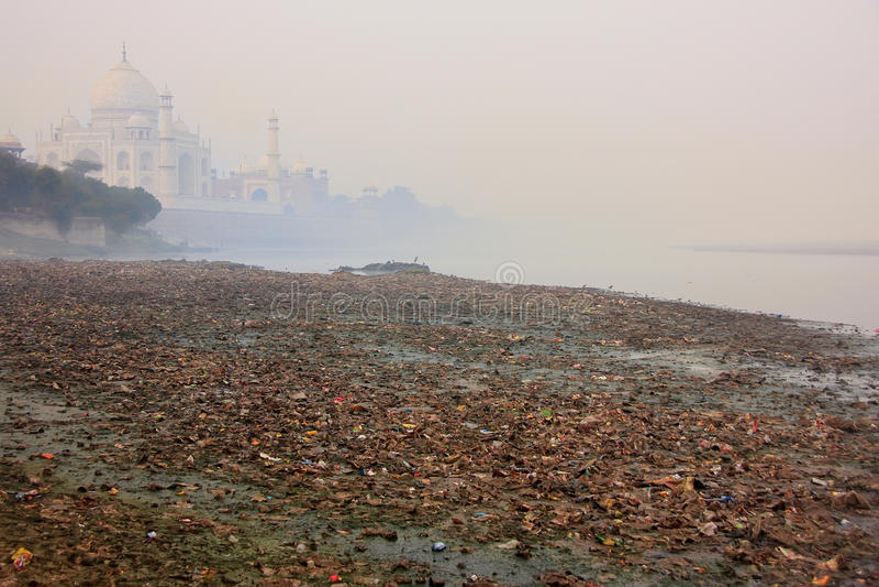 Bank zakrywający z śmieci Mahal w mgle i Taj Yamuna rzeka obrazy stock
