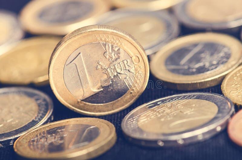 banka euro pięć ostrości sto pieniądze nutowa arkana Monety są na ciemnym tle Waluta Europa Równowaga pieniądze obrazy royalty free