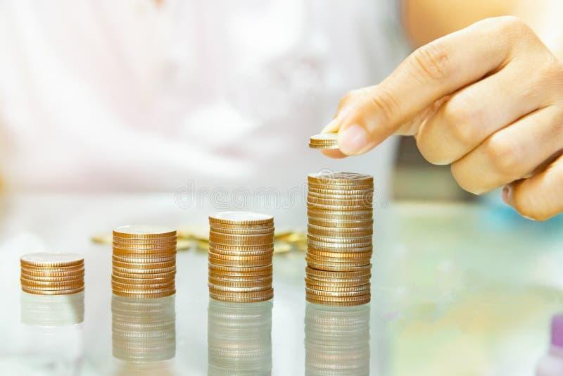 banka pieniądze prosiątka kładzenia oszczędzanie Żeński ręki sterty monet pokazywać pojęcie growin obraz stock