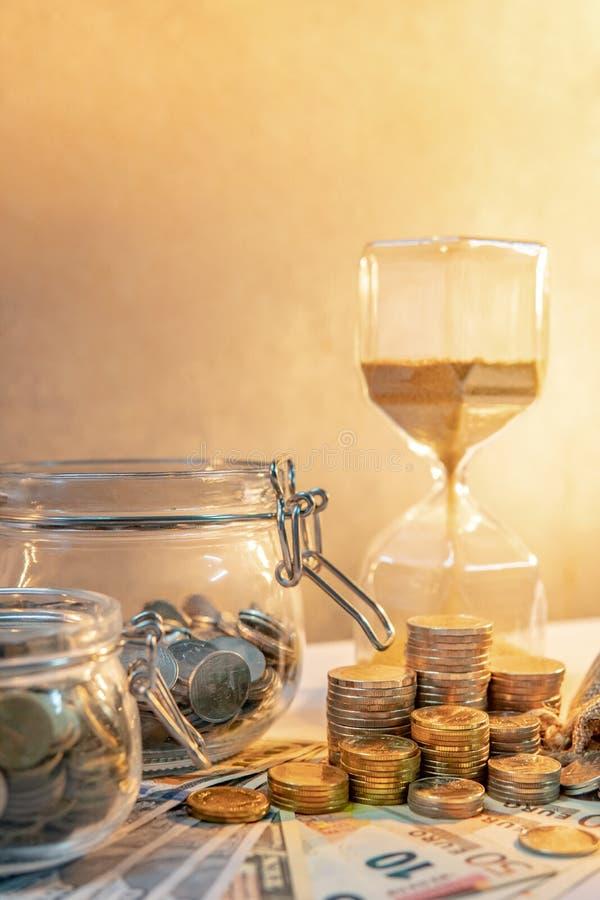 banka pieniądze prosiątka kładzenia oszczędzanie Czas inwestyci pojęcie fotografia stock