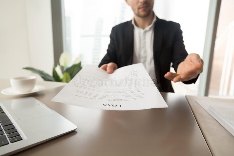 Banka pracownika oferty czytać pożyczkowej zgody formę zdjęcie stock