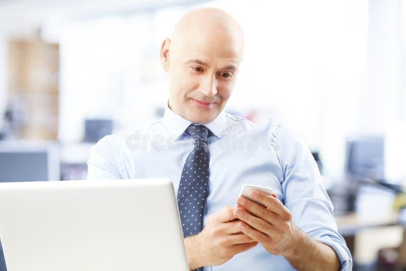 Bankangestellter Bei Der Arbeit Stockfoto - Bild von telefon, leiter ...