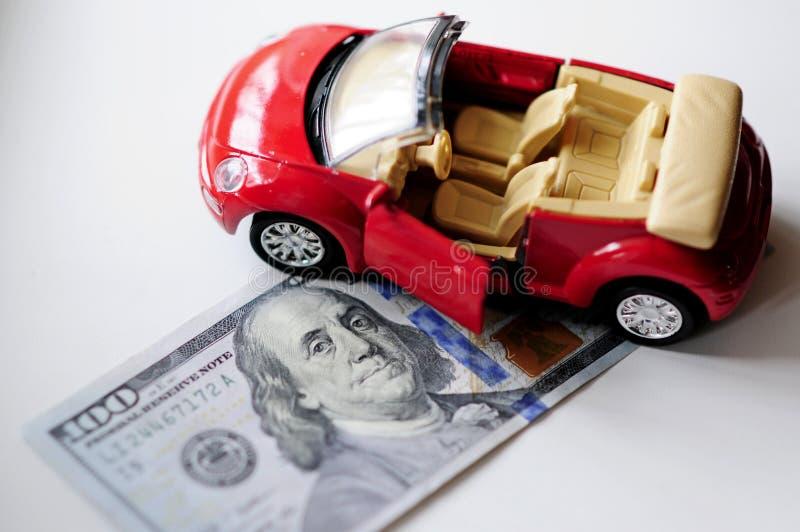 Bankbiljet en rode auto stock afbeelding