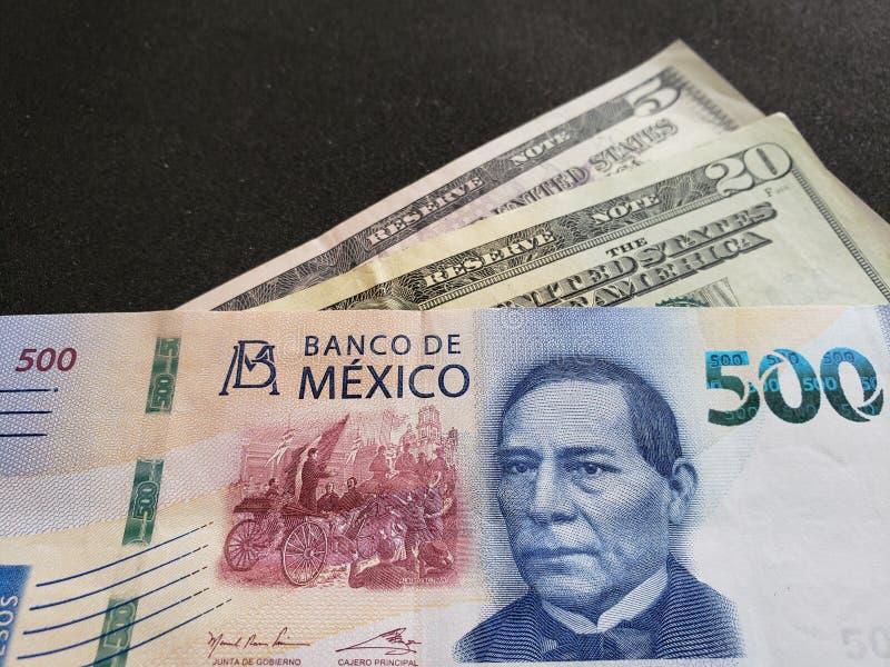 bankbiljet van 500 Mexicaanse peso's en vijfentwintig dollars in Amerikaanse rekeningen