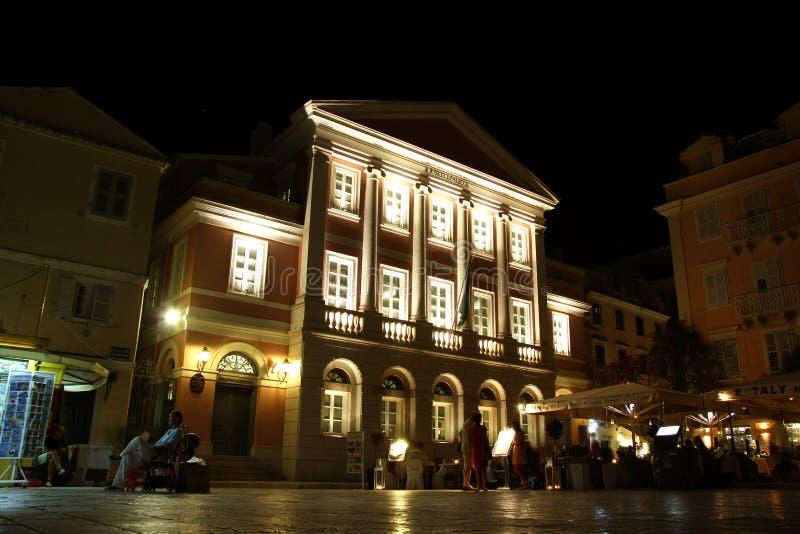 Bankbiljetmuseum van de Ionische Bank bij nacht (Korfu, Griekenland) stock afbeeldingen