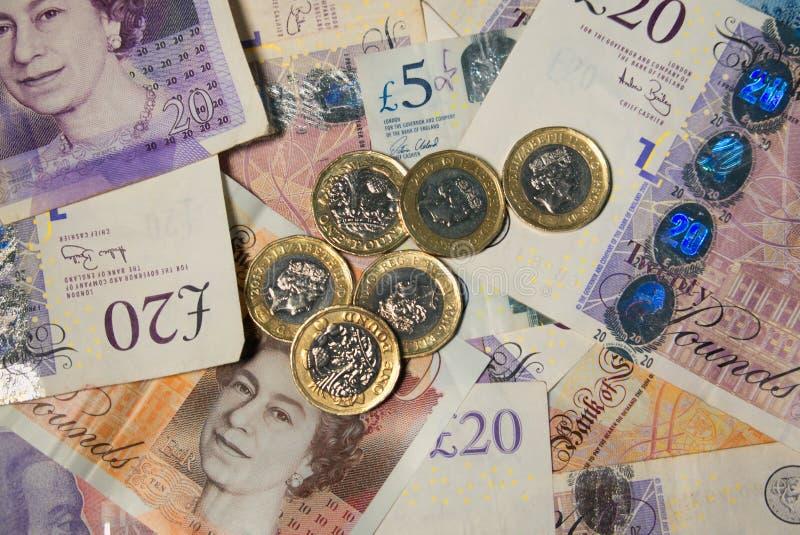 Bankbiljetten en muntstukken op lijst royalty-vrije stock fotografie