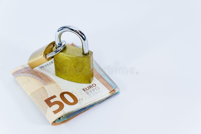Bankbiljetten van de geld de Euro waarde met hangslot, Europese Unie betalingssysteem stock fotografie