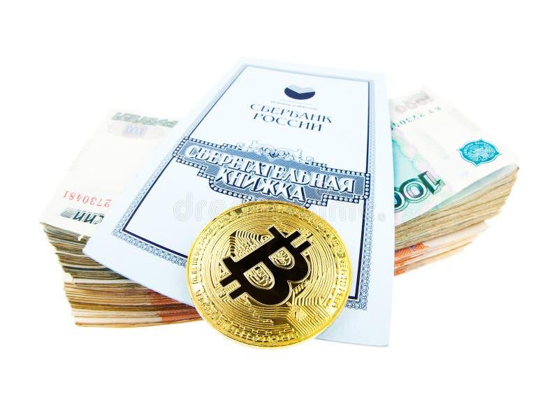 Bankboek van Sberbank, stapel van roebels en bitcoin muntstuk royalty-vrije stock afbeelding