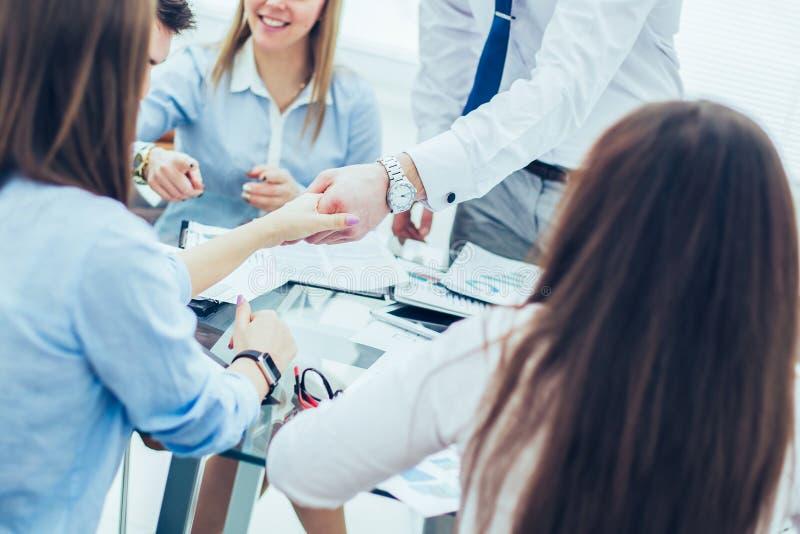 Bankdirecteur en de handen van de klantenschok na het ondertekenen van een winstgevend contract stock afbeeldingen