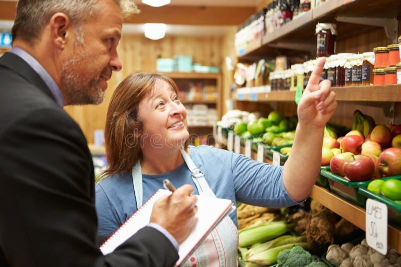 Bankdirektor-Meeting With Female-Inhaber des Bauernhof-Shops lizenzfreies stockbild