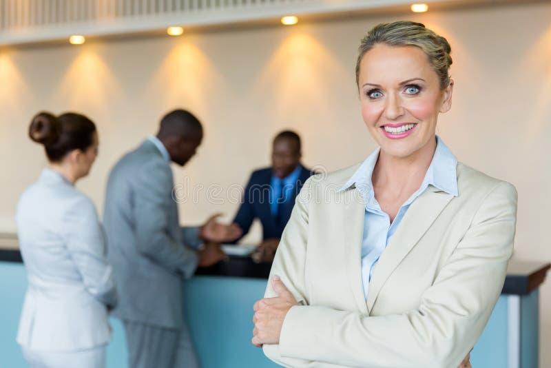 Bankdirektor mit Kunden stockfotos