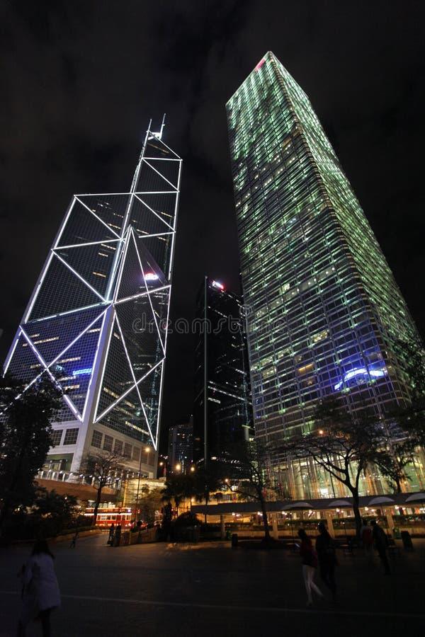 Banken av Kina och Cheung Kong centrerar skyskrapor i Hong Kong vid natt royaltyfri bild