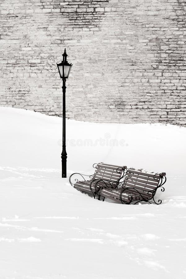 Banken in de sneeuw royalty-vrije stock afbeelding