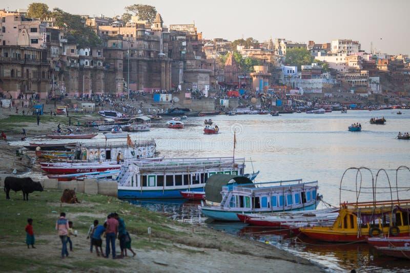 Download Banken Op De Heilige Rivier Van Ganges Redactionele Fotografie - Afbeelding bestaande uit bedevaart, indisch: 114225462
