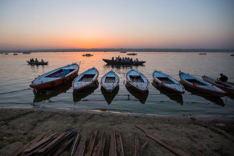 Download Banken Op De Heilige Rivier Van Ganges In De Vroege Ochtend Redactionele Foto - Afbeelding bestaande uit ghat, boot: 114225516