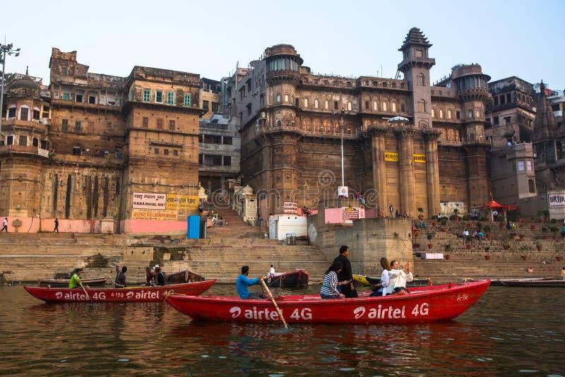 Download Banken Op De Heilige Rivier Van Ganges In De Vroege Ochtend Redactionele Stock Foto - Afbeelding bestaande uit bank, godsdienstig: 114225568