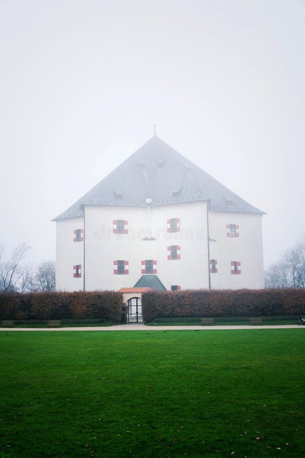 Banken voor renaissancevilla Letohradek verborgen Hvezda als mist, het spelreserve Hvezda, Tsjechische Republiek, de bewolkte her royalty-vrije stock afbeeldingen