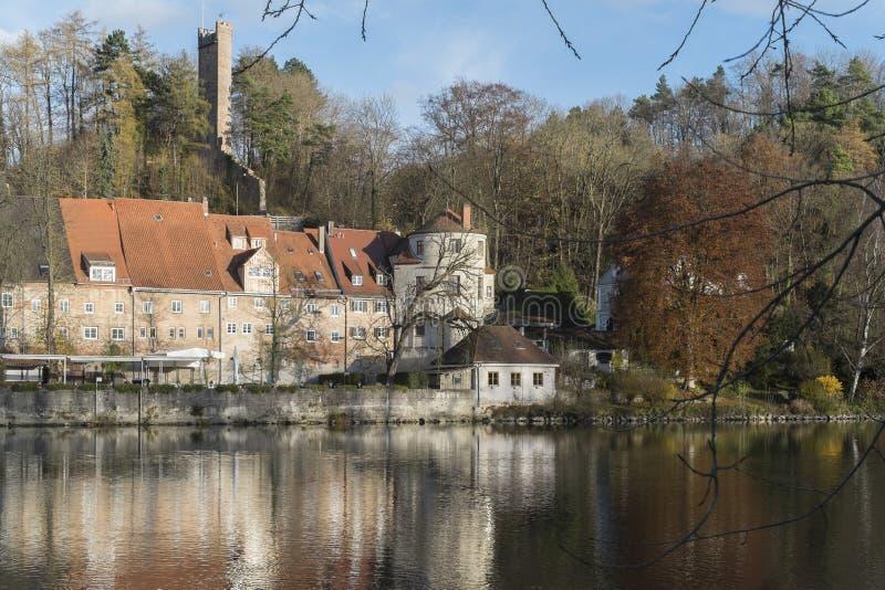 Banker och historiska byggnader på floden Lech i Landsberg royaltyfri foto