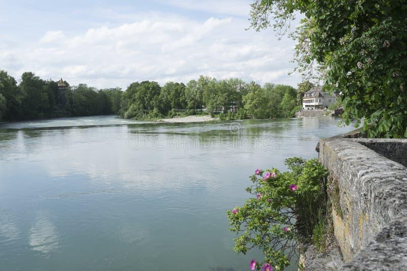 Bankerna av floden Lech i Landsberg arkivbild