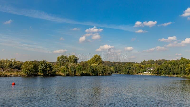 Bankerna av floden Ruhr nära Muelheim, Tyskland arkivbild