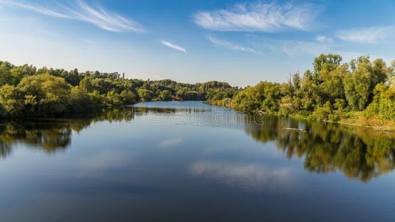 Bankerna av floden Ruhr nära Muelheim, Tyskland royaltyfri foto