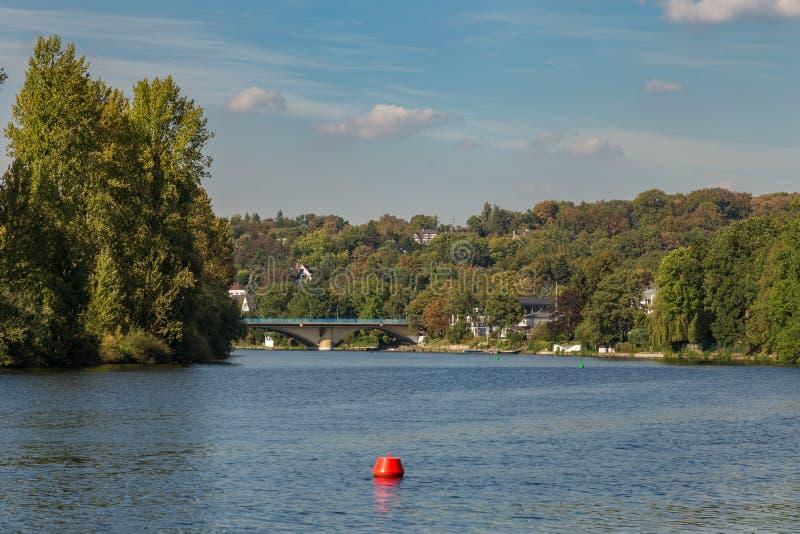 Bankerna av floden Ruhr nära Muelheim, Tyskland arkivfoto