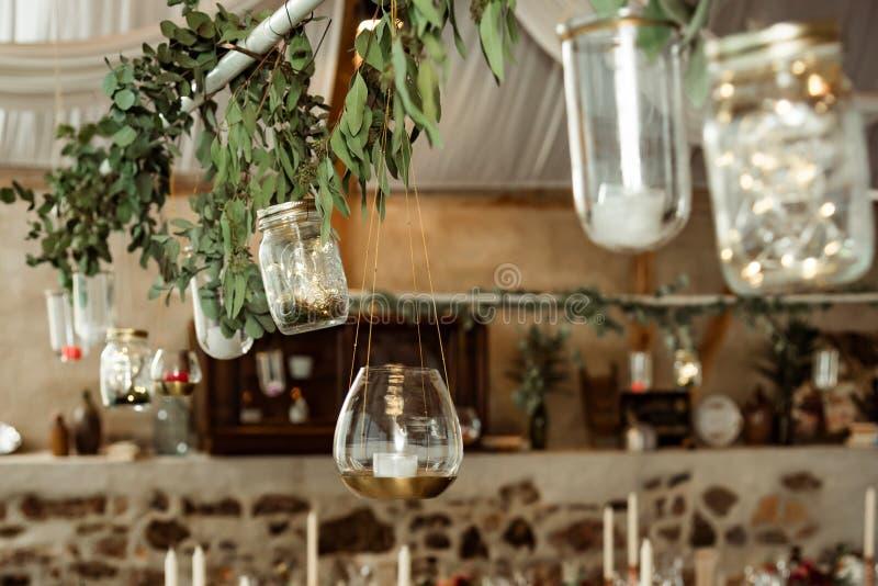 bankett Kerzen- und Niederlassungsdekoration mit Blättern stockbild
