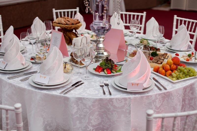 bankett tjänad som tabell Vinexponeringsglas med servetter, exponeringsglas royaltyfria foton