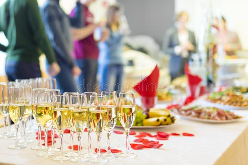 Banketthändelse Champagne på tabellen royaltyfri foto