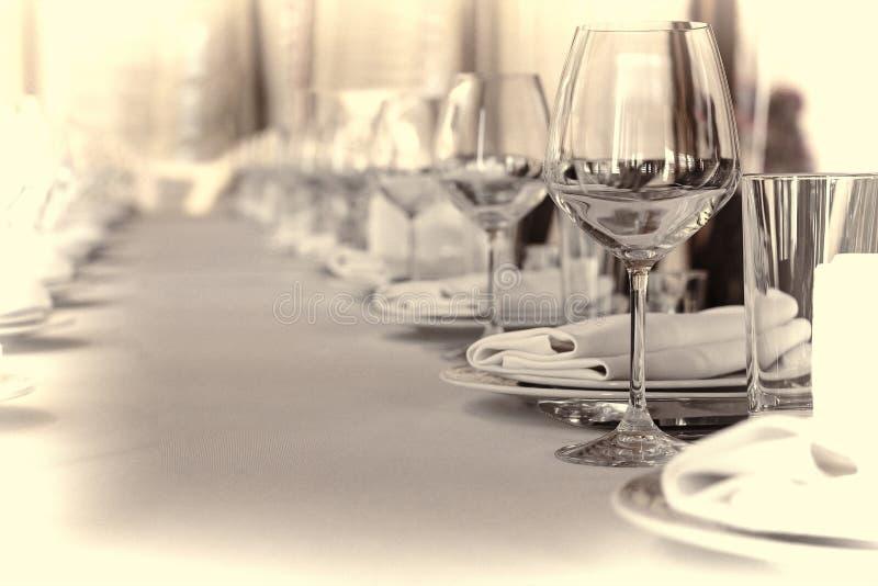 Banketthalle im Restaurant getont, Konzept: Dienen Feier, Jahrestag, Hochzeit, Kopienraum lizenzfreies stockbild