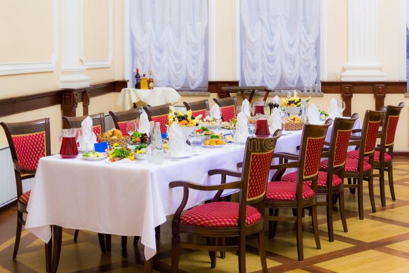 bankettmaträtten dof fokuserade en grund restaurang Olika läckerheter, mellanmål och drinkar på stor festhändelsen catering arkivfoton