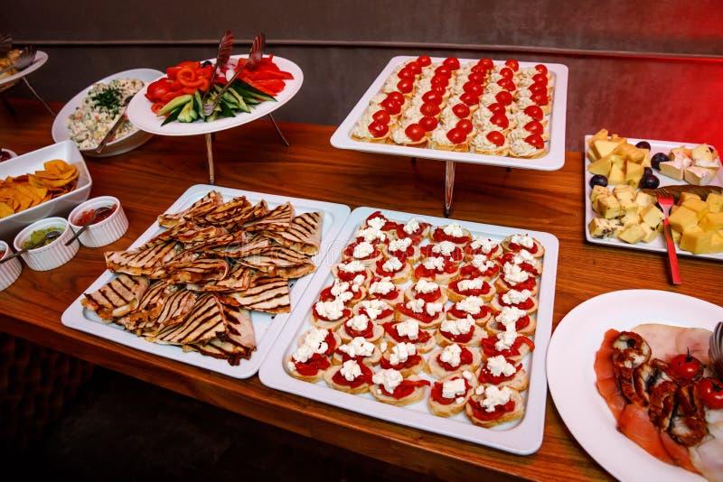 bankettmaträtten dof fokuserade en grund restaurang Olika läckerheter, mellanmål på stor festhändelsen royaltyfri fotografi