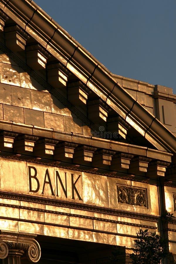 Bankgebäude am Sonnenuntergang stockfoto