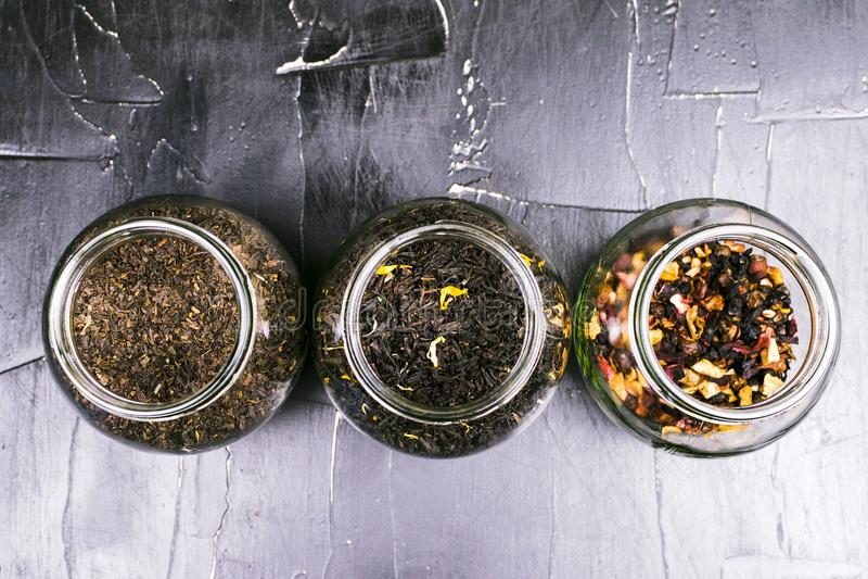 Banki z różnymi rozmaitość herbata fotografia stock