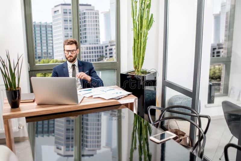 Bankier die op het kantoor werken royalty-vrije stock fotografie