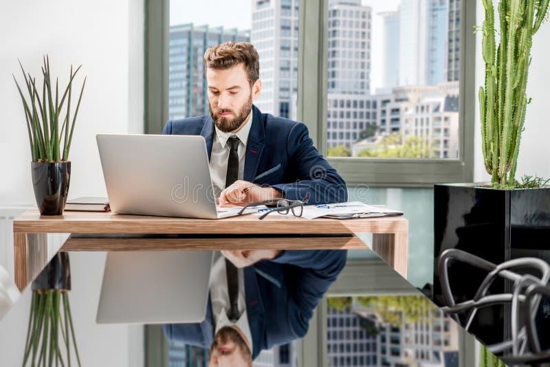 Bankier die op het kantoor werken royalty-vrije stock afbeelding