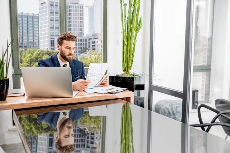 Bankier die op het kantoor werken stock fotografie