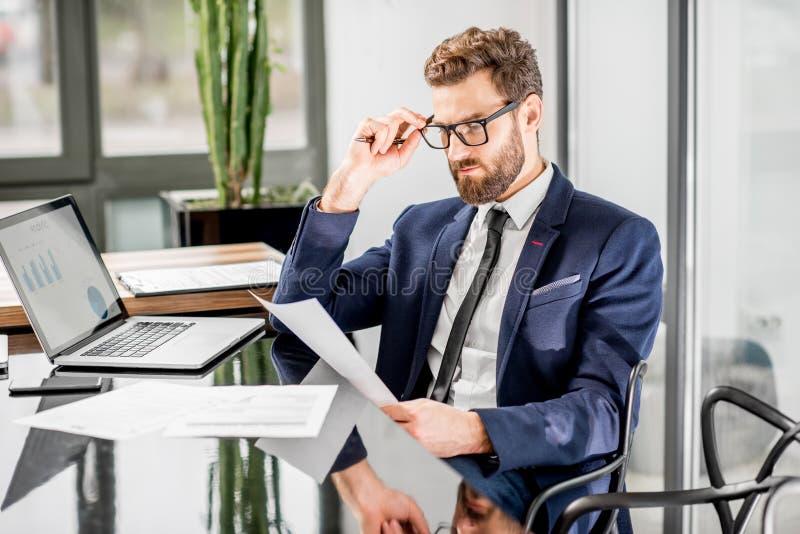 Bankier die op het kantoor werken royalty-vrije stock foto's