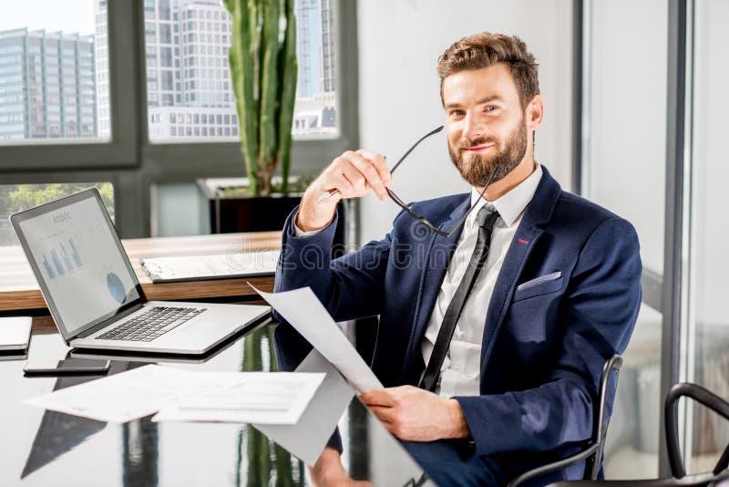 Bankier die op het kantoor werken royalty-vrije stock foto
