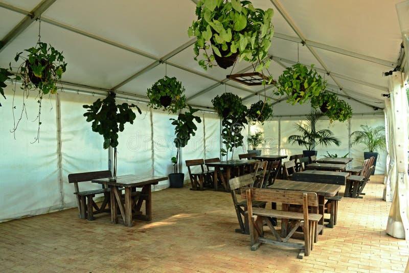 Bankiet Hall Z Drewnianymi Furnitures zdjęcie royalty free
