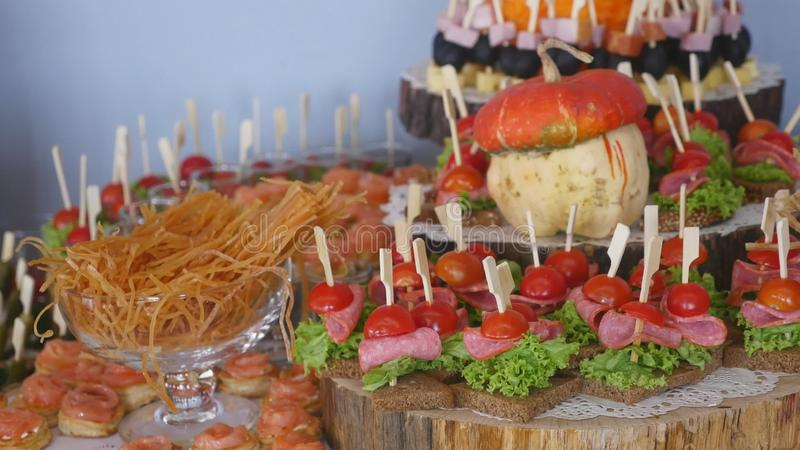 bankiet Jedzenie przy ślubnym stołem Mięso, przekąsza i pije obrazy royalty free
