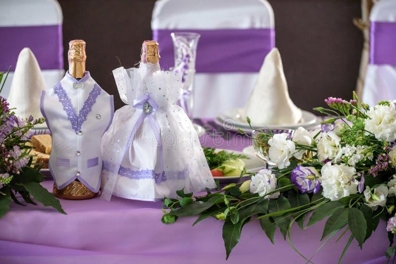 _ bankiet Round stół, krzesła i, słuzyć z cutlery, kwiatami i crockery, fotografia royalty free