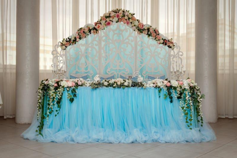 _ bankiet Round stół, krzesła i, słuzyć z cutlery, kwiatami i crockery, fotografia stock