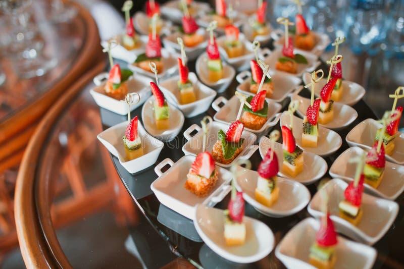 bankieta canape serowy naczynie dof skupiał się restauraci jeden płyciznę zdjęcie royalty free